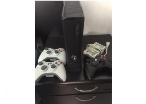 XBOX 360 Slim Seminuevo con 3 controles